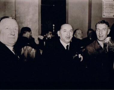 Chapman, Meisl e Hogan em foto histórica. Três grandes treinadores que criaram as bases táticas que ergueram o futebol moderno. (Imagem: Imortais do Futebol)