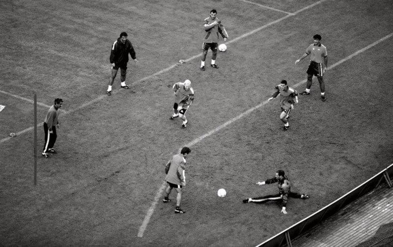 """Os jogadores da Dream Team do Barcelona realizando um exercício de """"Rondo"""" na passagem de Johan Cruyff como técnico do clube."""