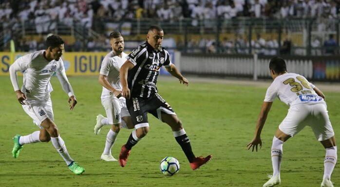 Arthur Gomes ficou muito isolado como centroavante no Ceará.