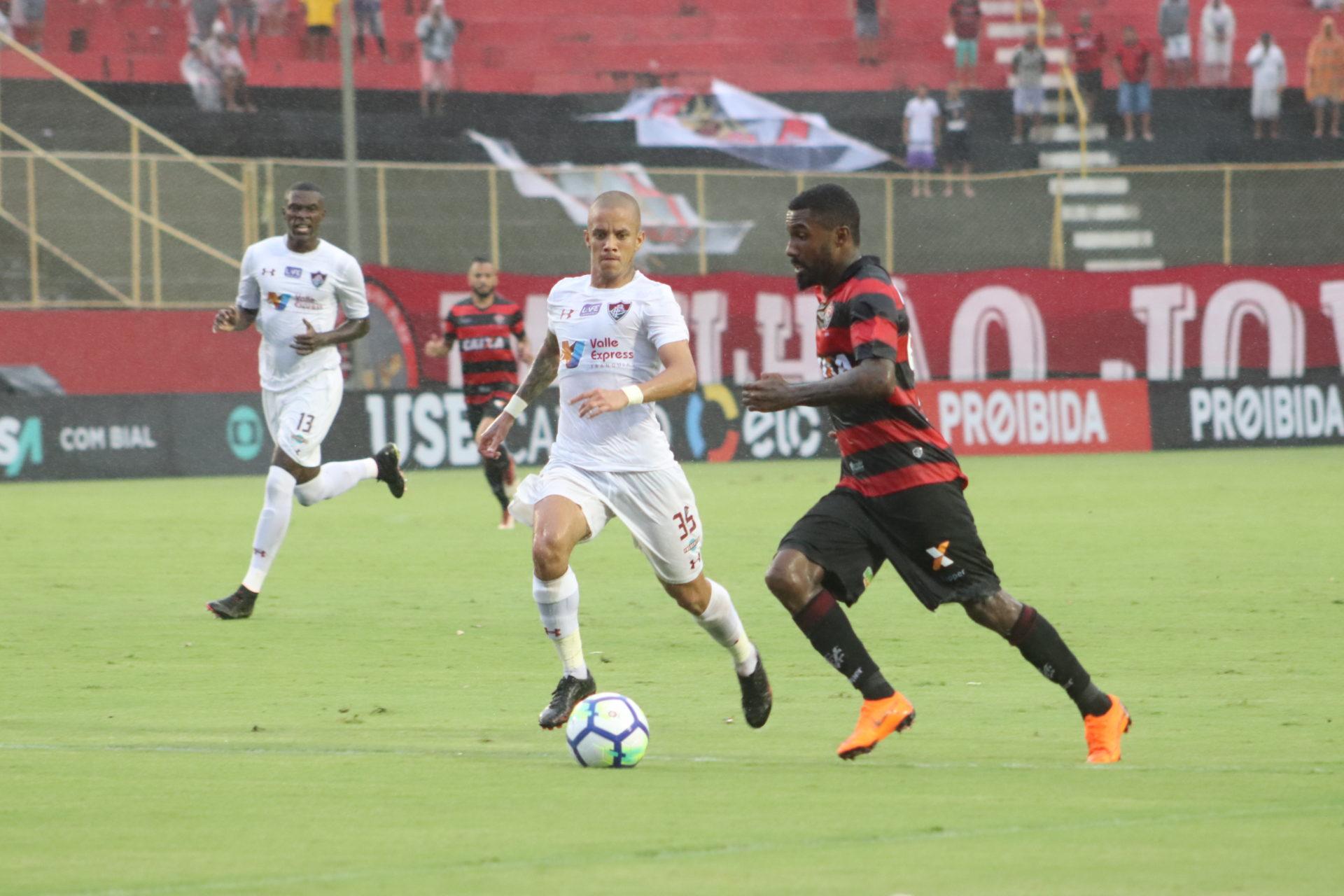 Jhonny Lucas, volante de qualidade do Paraná, marcou o gol de honra.