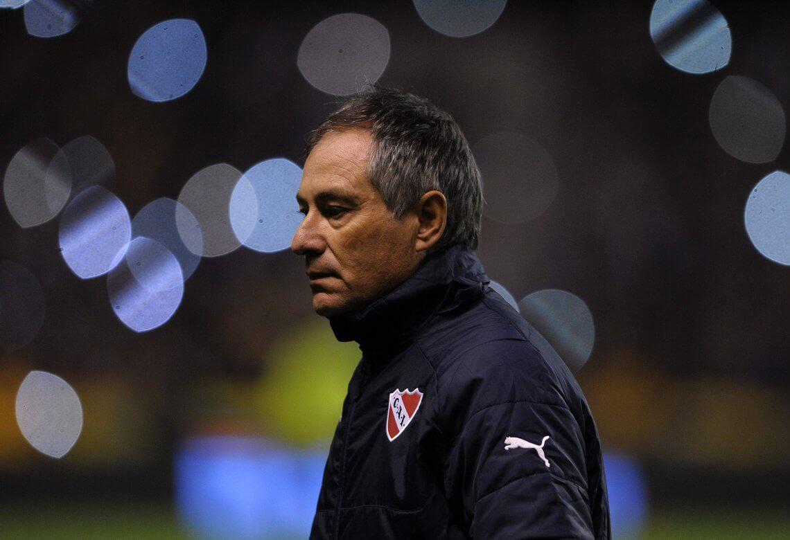 Ariel Holan é a cabeça do Independiente. Mesmo com a saída de jogadores importantes na última temporada, manteve o estilo dominante.