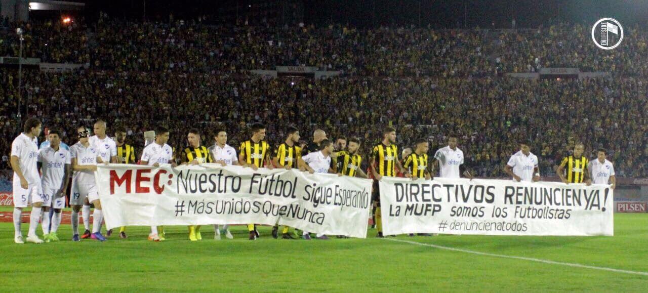 Jogadores de Peñarol e Nacional protestam antes do clássico uruguaio (Reprodução: Twitter @MUQN_UY)