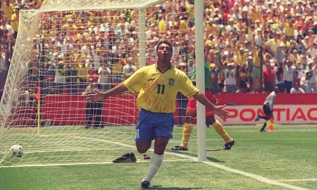 Romário comemora o gol que abriu caminho para a vitória sobre Camarões