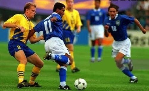 Romário é marcado de perto e Leonardo faz a ultrapassagem. Havia pouco espaço para jogar