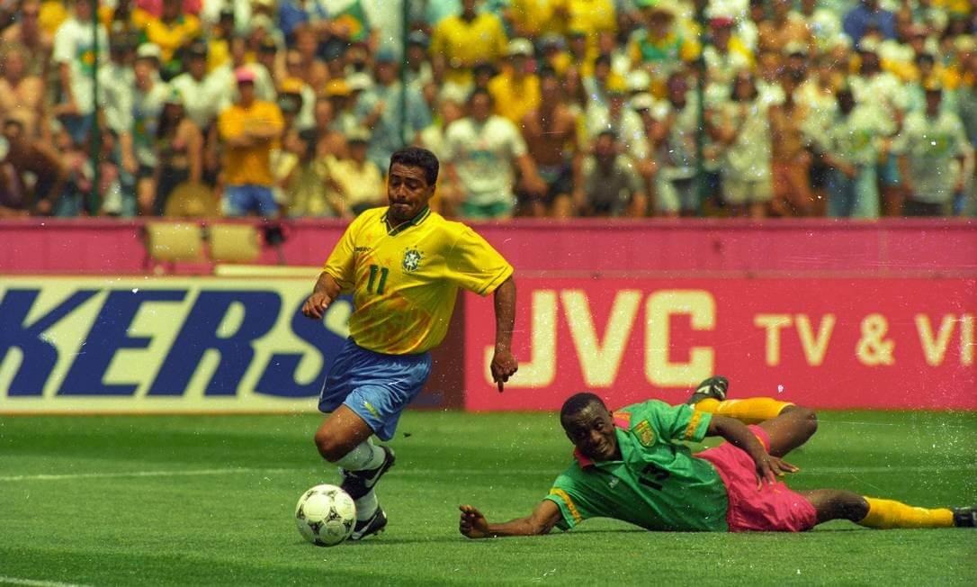 Romário deixa o zagueiro Kalla caído no gramado no lance do terceiro gol