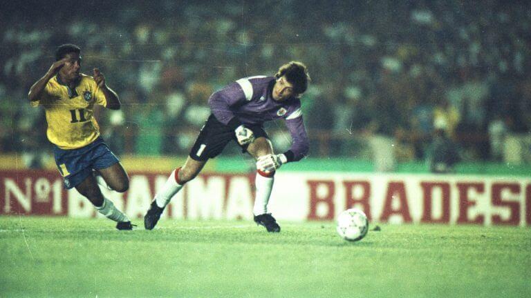 Romário deixa o goleiro uruguaio pra trás em uma de suas maiores atuações da carreira. Vitória brasileira por 2x0 carimbou a vaga para o Mundial. Foto: CBF