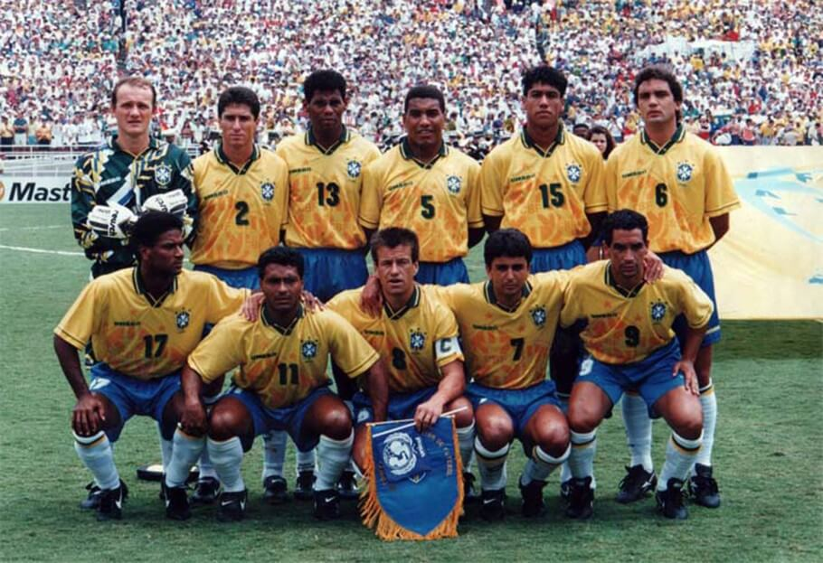 Romário é cercado pelos russos, desesperados com a sua primeira grande atuação na Copa de 1994