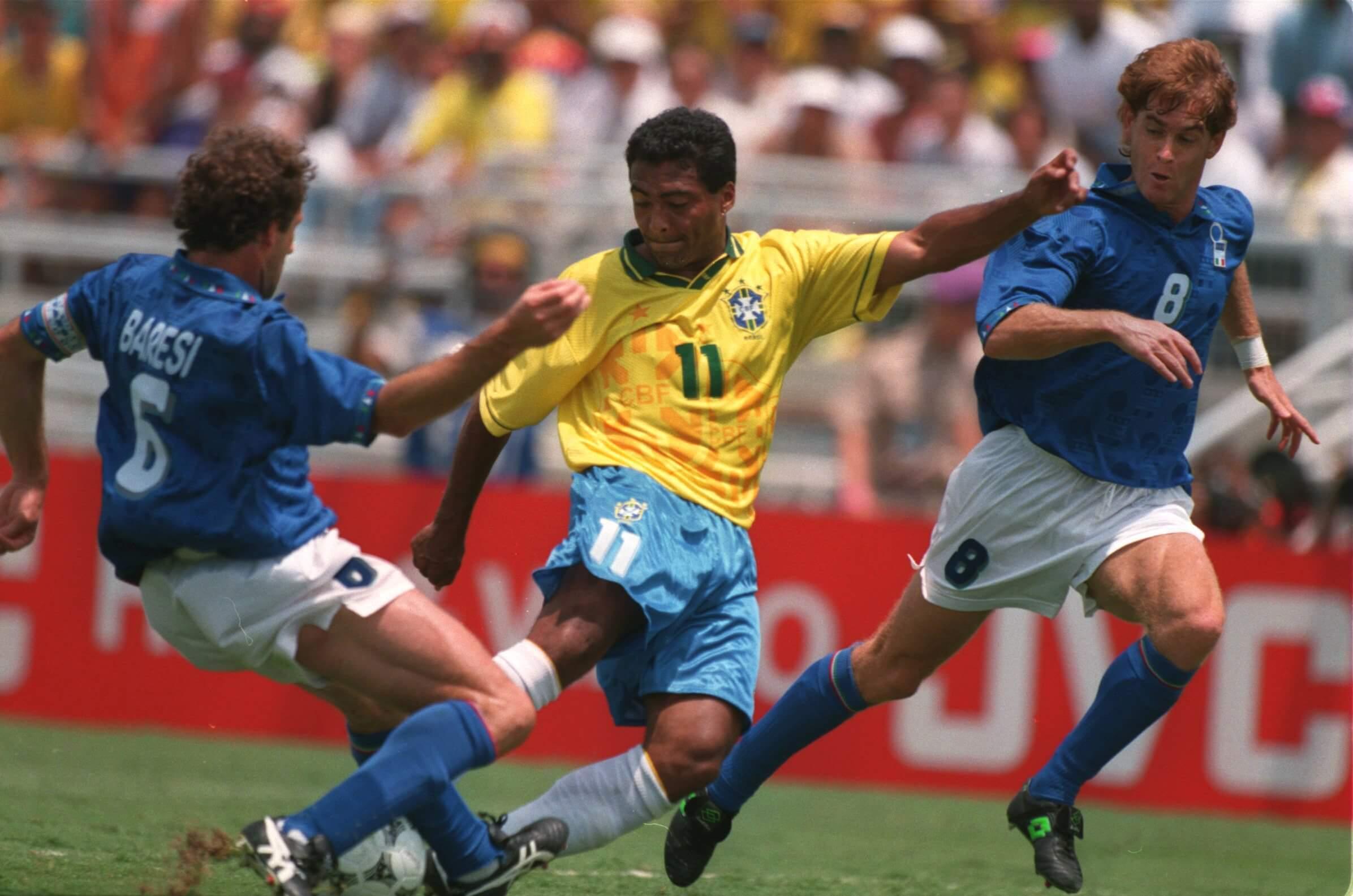Romário é travado por Baresi. Duelo de gigantes!