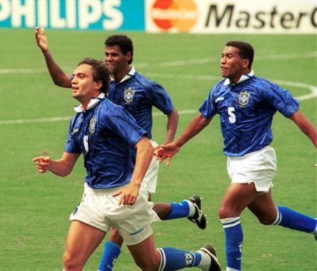 Branco corre na direção do banco de reservas ao comemorar o gol da vitória