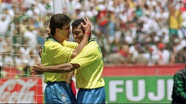 O abraço e o famoso 'eu te amo' dito por Bebeto a Romário na comemoração do gol brasileiro
