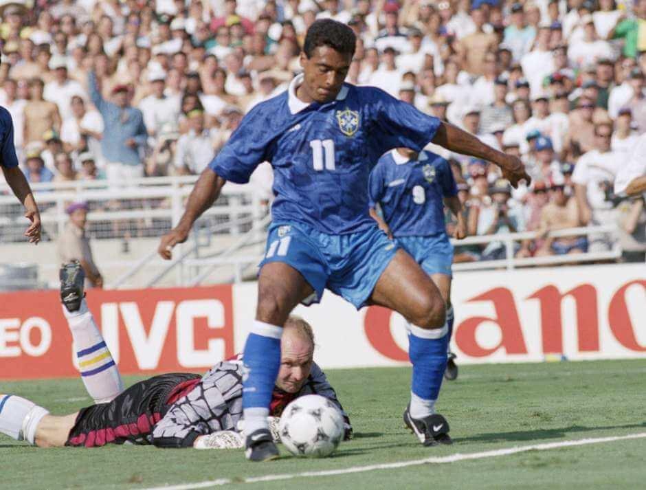 Ravelli observa Romário após ser driblado pelo brasileiro no 1º tempo. Foi batido neste lance, mas acabou como grande responsável pela 'vitória magra' do Brasil