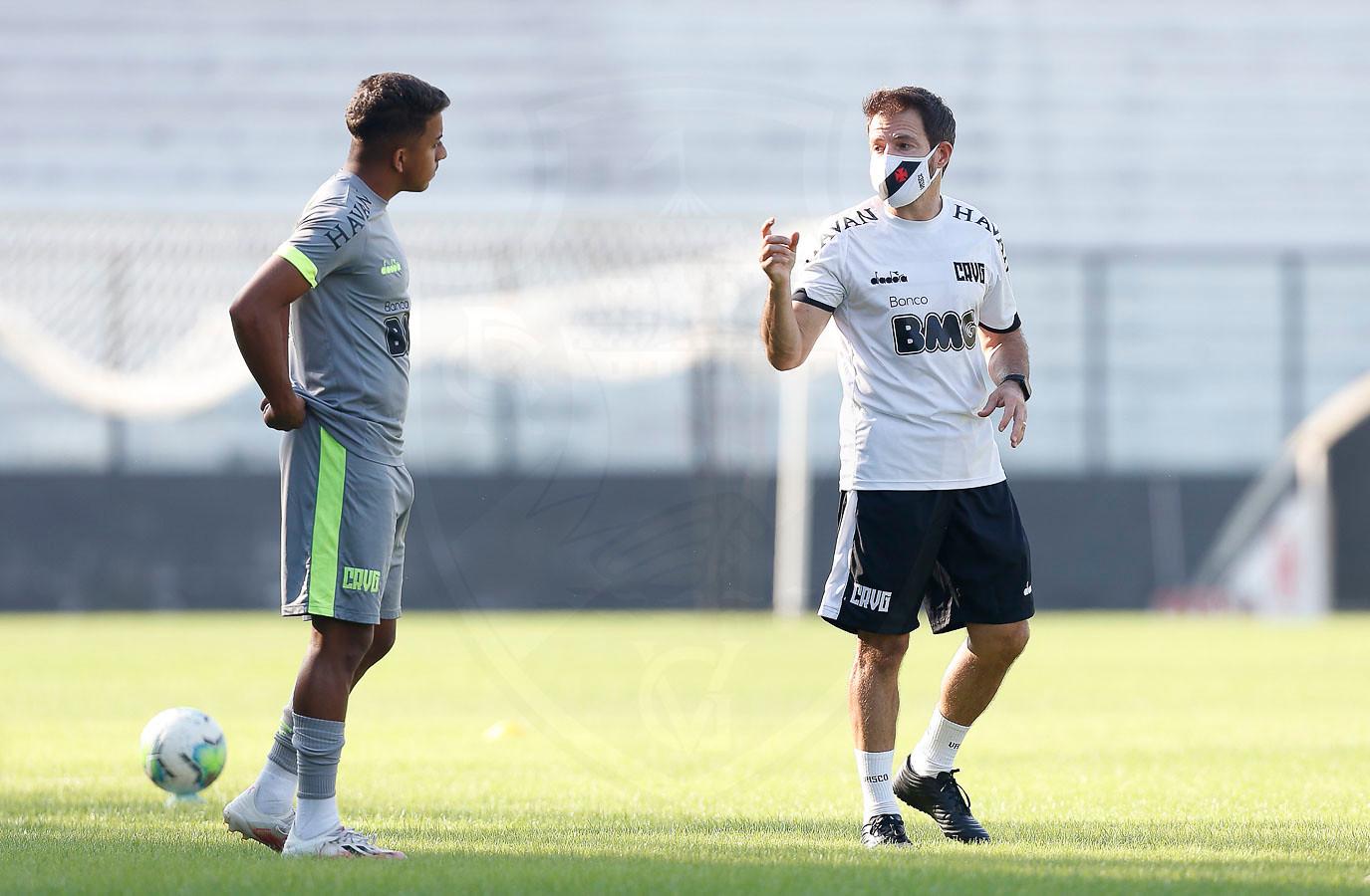 Padrão pra atacar e movimentos pensados: Ramon Menezes começa a montar o seu Vasco